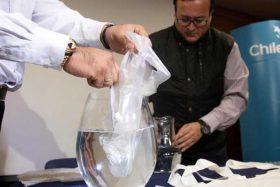 ¡Noticia del año! Chilenos crean un tipo de bolsa plástica disoluble en agua que salvará al planeta
